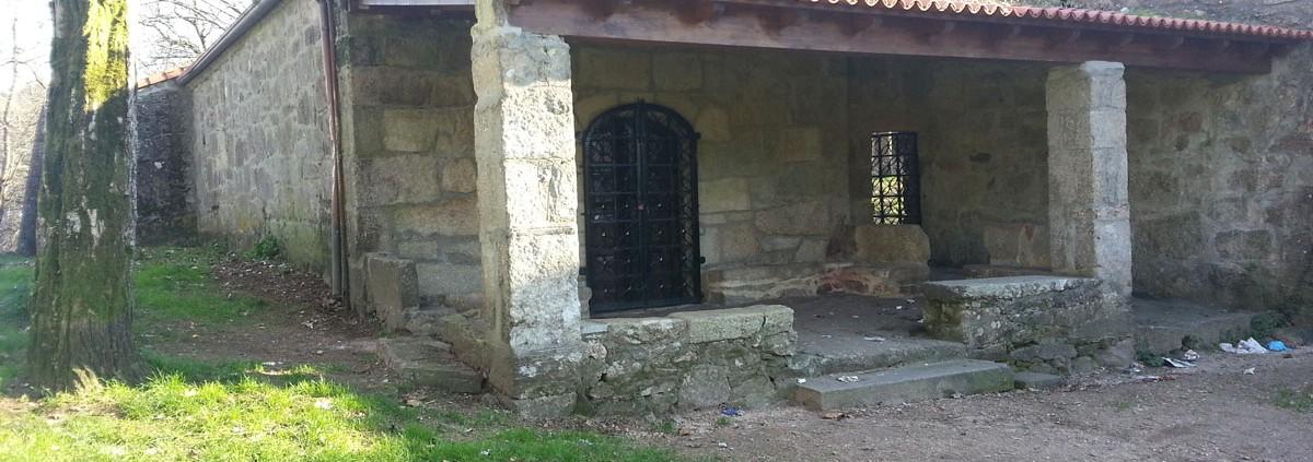 Vista lateral de la capilla de A Pastora
